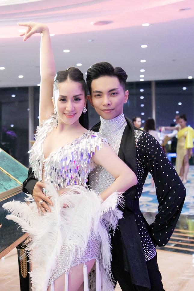Khánh Thi khoe vòng 1 nóng bỏng, hiếm hoi khiêu vũ cùng Phan Hiển trên sân khấu ảnh 3