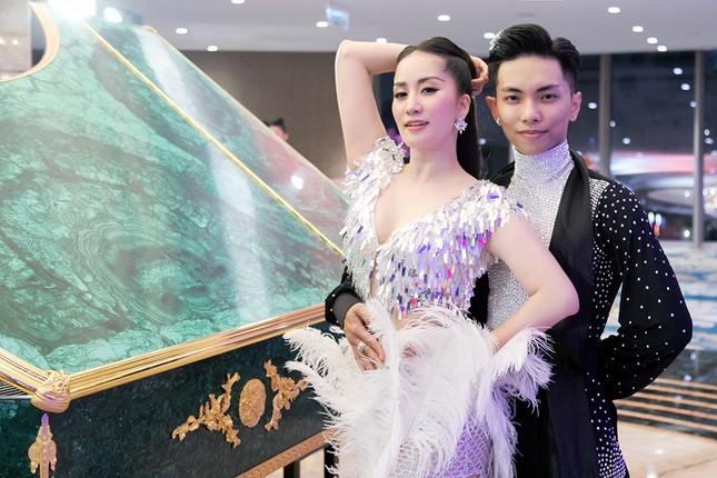 Khánh Thi khoe vòng 1 nóng bỏng, hiếm hoi khiêu vũ cùng Phan Hiển trên sân khấu ảnh 4