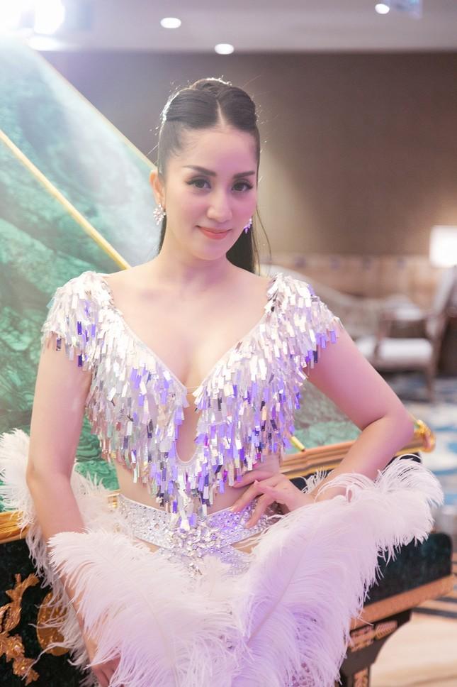 Khánh Thi khoe vòng 1 nóng bỏng, hiếm hoi khiêu vũ cùng Phan Hiển trên sân khấu ảnh 5