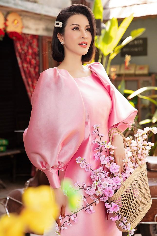 MC Thanh Mai diện áo dài Tết rực rỡ, trẻ đẹp 'không tì vết' ở tuổi 46 ảnh 1
