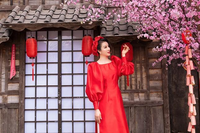 MC Thanh Mai diện áo dài Tết rực rỡ, trẻ đẹp 'không tì vết' ở tuổi 46 ảnh 2