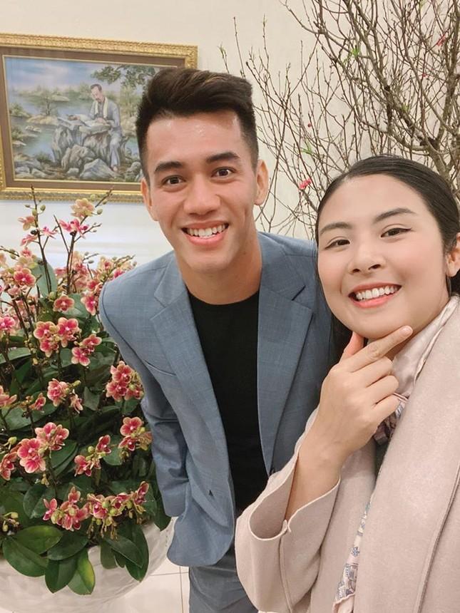Hoa hậu Ngọc Hân khoe ảnh ăn tất niên cùng cầu thủ Tiến Linh khiến fan 'ghen tỵ' ảnh 2