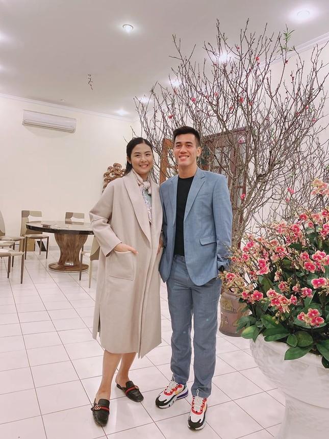 Hoa hậu Ngọc Hân khoe ảnh ăn tất niên cùng cầu thủ Tiến Linh khiến fan 'ghen tỵ' ảnh 1