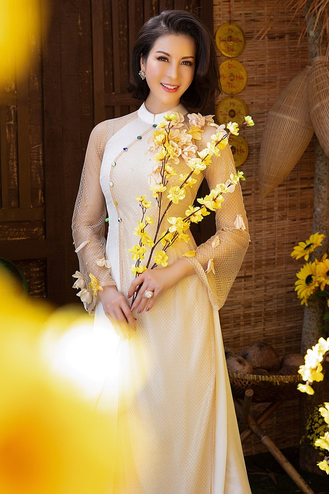 MC Thanh Mai diện áo dài Tết rực rỡ, trẻ đẹp 'không tì vết' ở tuổi 46 ảnh 3