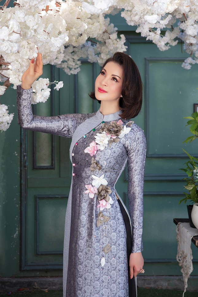 MC Thanh Mai diện áo dài Tết rực rỡ, trẻ đẹp 'không tì vết' ở tuổi 46 ảnh 4