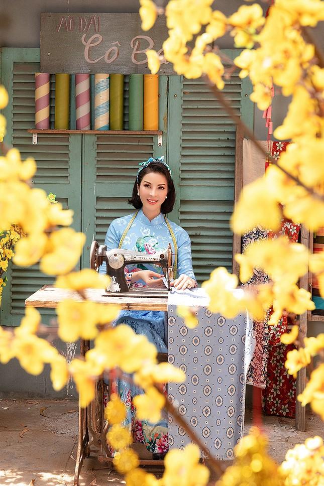 MC Thanh Mai diện áo dài Tết rực rỡ, trẻ đẹp 'không tì vết' ở tuổi 46 ảnh 5