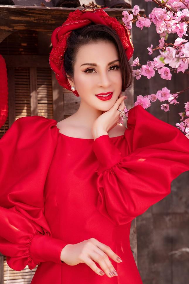 MC Thanh Mai diện áo dài Tết rực rỡ, trẻ đẹp 'không tì vết' ở tuổi 46 ảnh 7
