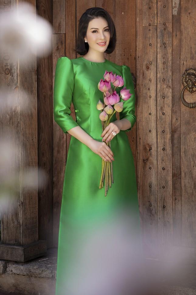 MC Thanh Mai diện áo dài Tết rực rỡ, trẻ đẹp 'không tì vết' ở tuổi 46 ảnh 8