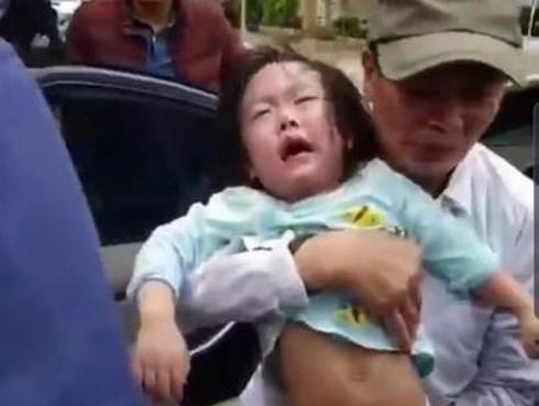 Giải cứu 2 bé gái mắc kẹt trong ô tô bị khóa cửa tự động ảnh 2