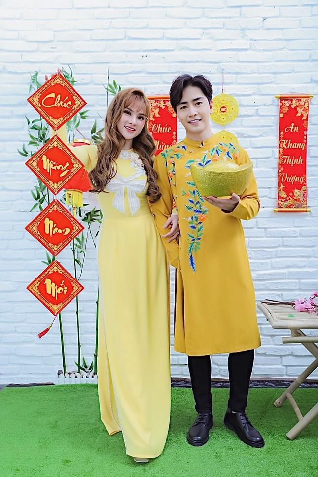 Thu Thuỷ và chồng trẻ kém 10 tuổi diện áo dài rực rỡ đón Tết ở Đà Lạt ảnh 1