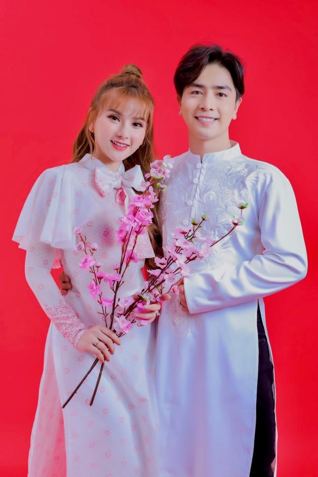 Thu Thuỷ và chồng trẻ kém 10 tuổi diện áo dài rực rỡ đón Tết ở Đà Lạt ảnh 11