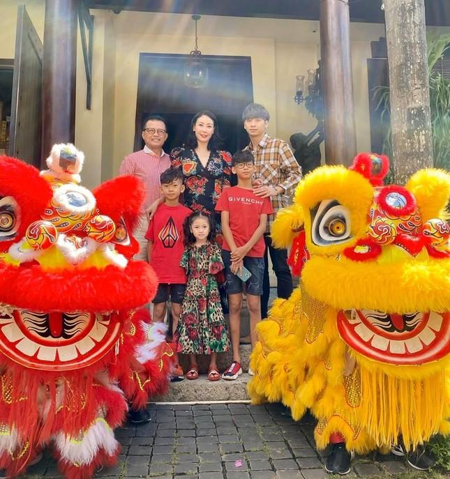Hình ảnh Hoa hậu Khánh Vân lì xì đại gia đình khiến fans thích thú ảnh 8