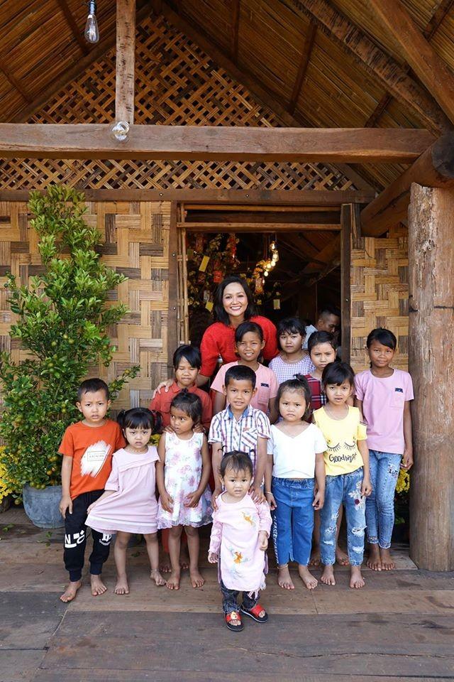 Hình ảnh Hoa hậu Khánh Vân lì xì đại gia đình khiến fans thích thú ảnh 5