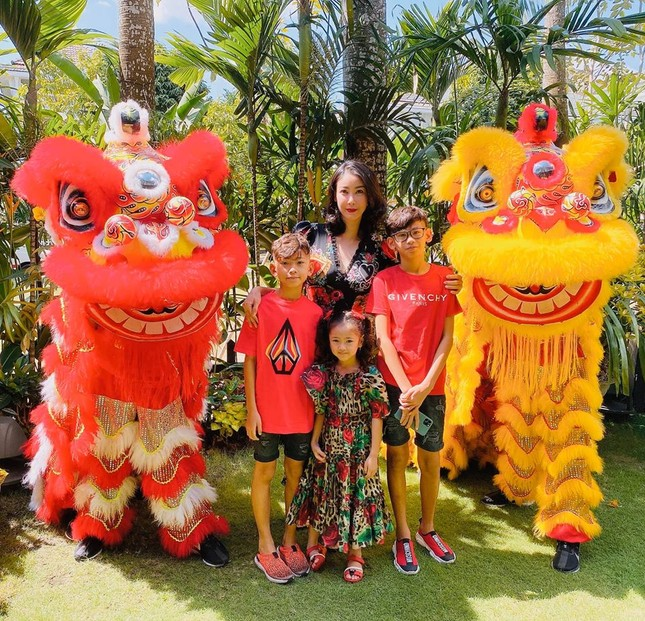 Hình ảnh Hoa hậu Khánh Vân lì xì đại gia đình khiến fans thích thú ảnh 9