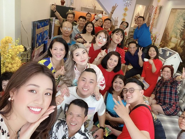 Hình ảnh Hoa hậu Khánh Vân lì xì đại gia đình khiến fans thích thú ảnh 1