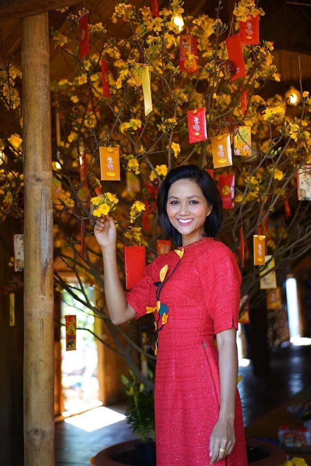 Hình ảnh Hoa hậu Khánh Vân lì xì đại gia đình khiến fans thích thú ảnh 4