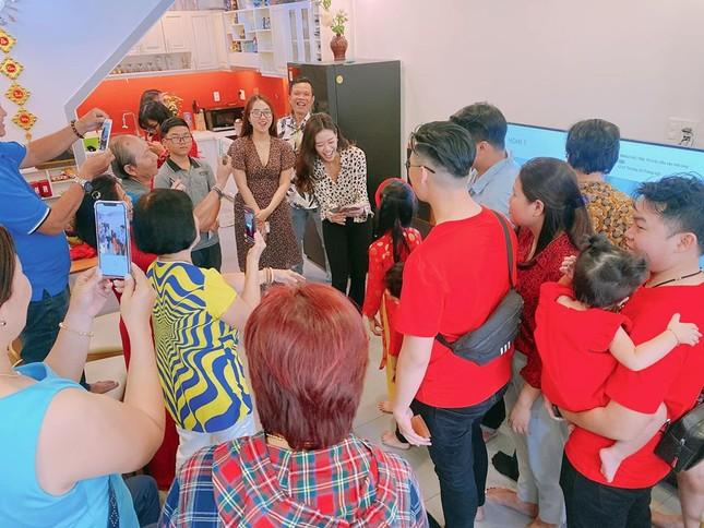 Hình ảnh Hoa hậu Khánh Vân lì xì đại gia đình khiến fans thích thú ảnh 2