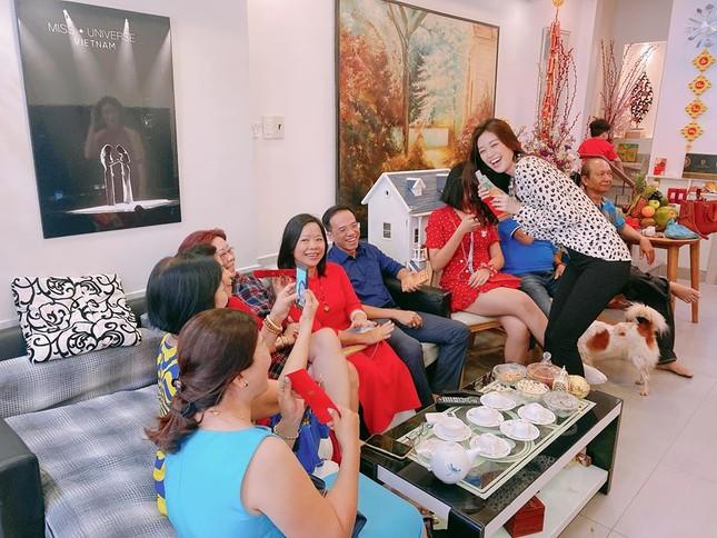 Hình ảnh Hoa hậu Khánh Vân lì xì đại gia đình khiến fans thích thú ảnh 3