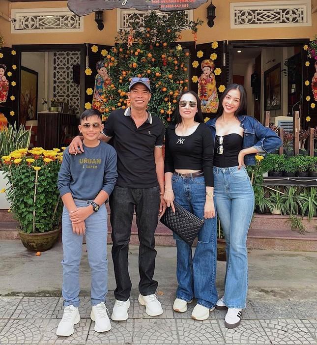 Hình ảnh Hoa hậu Khánh Vân lì xì đại gia đình khiến fans thích thú ảnh 6