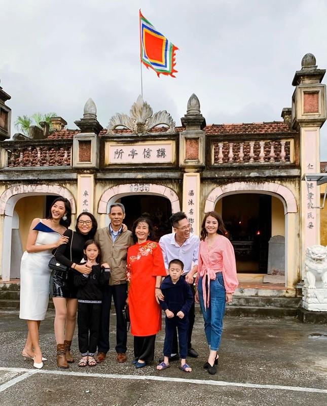 Hình ảnh Hoa hậu Khánh Vân lì xì đại gia đình khiến fans thích thú ảnh 12