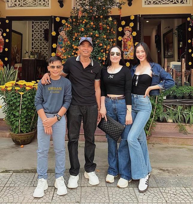 Hình ảnh Hoa hậu Khánh Vân lì xì đại gia đình khiến fans thích thú ảnh 7