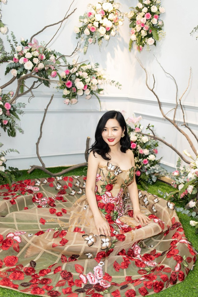 Hoa hậu Giáng My, em gái Lý Hùng đọ dáng gợi cảm với váy xuyên thấu ảnh 2