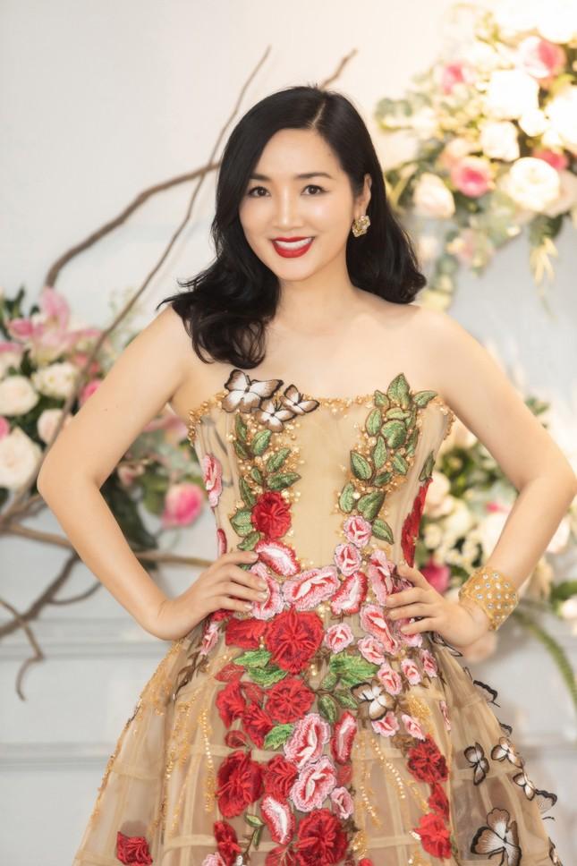 Hoa hậu Giáng My, em gái Lý Hùng đọ dáng gợi cảm với váy xuyên thấu ảnh 1