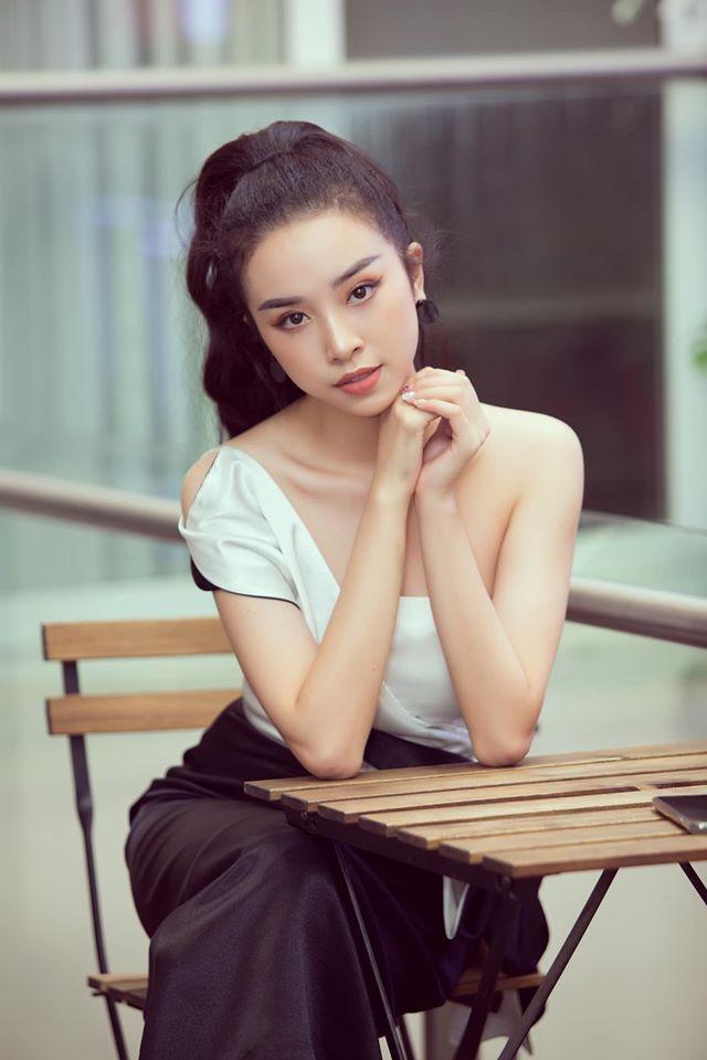 Á hậu Thuý An vai trần gợi cảm, Phương Nga dịu dàng áo dài đầu năm ảnh 1