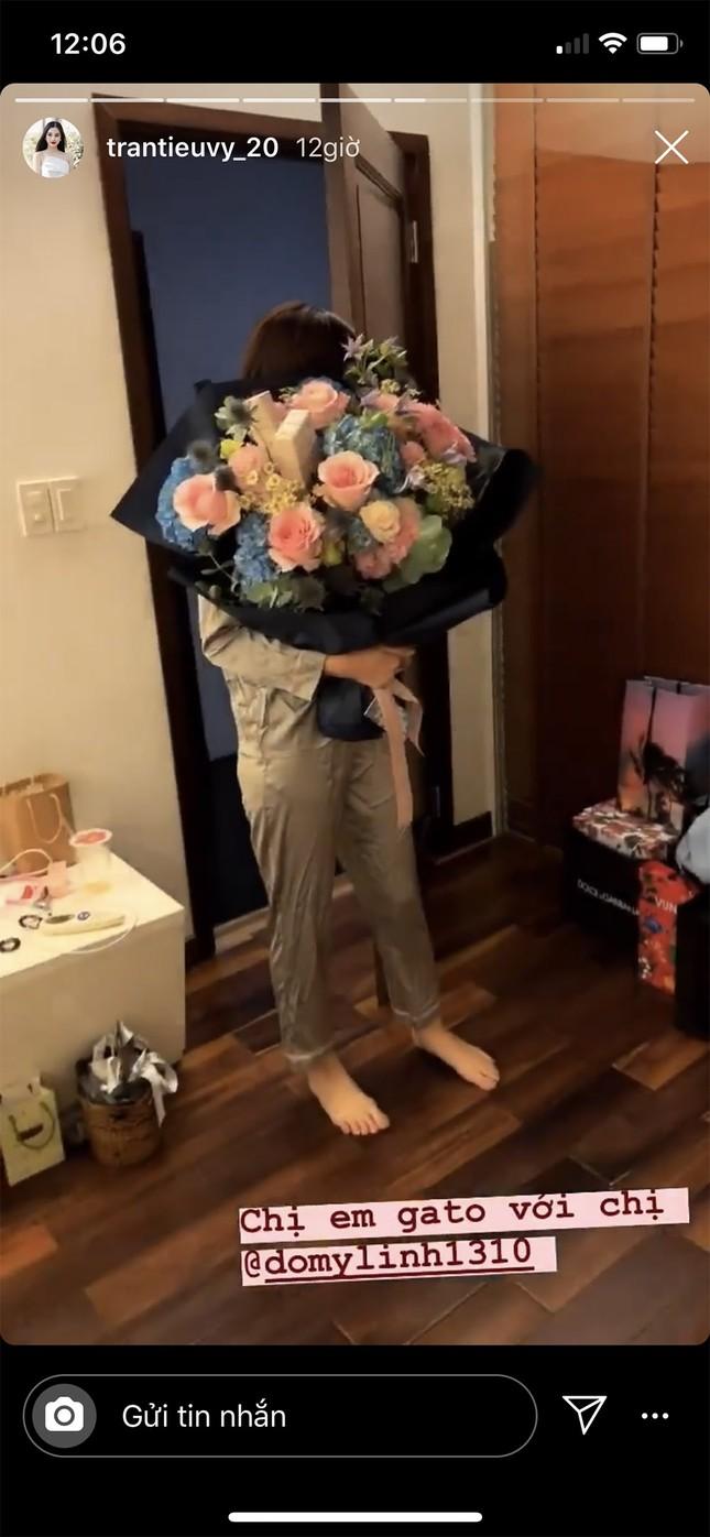 Tú Anh được chồng tặng xe, Tiểu Vy tự mua soccola tặng mình ngày Valentine ảnh 4