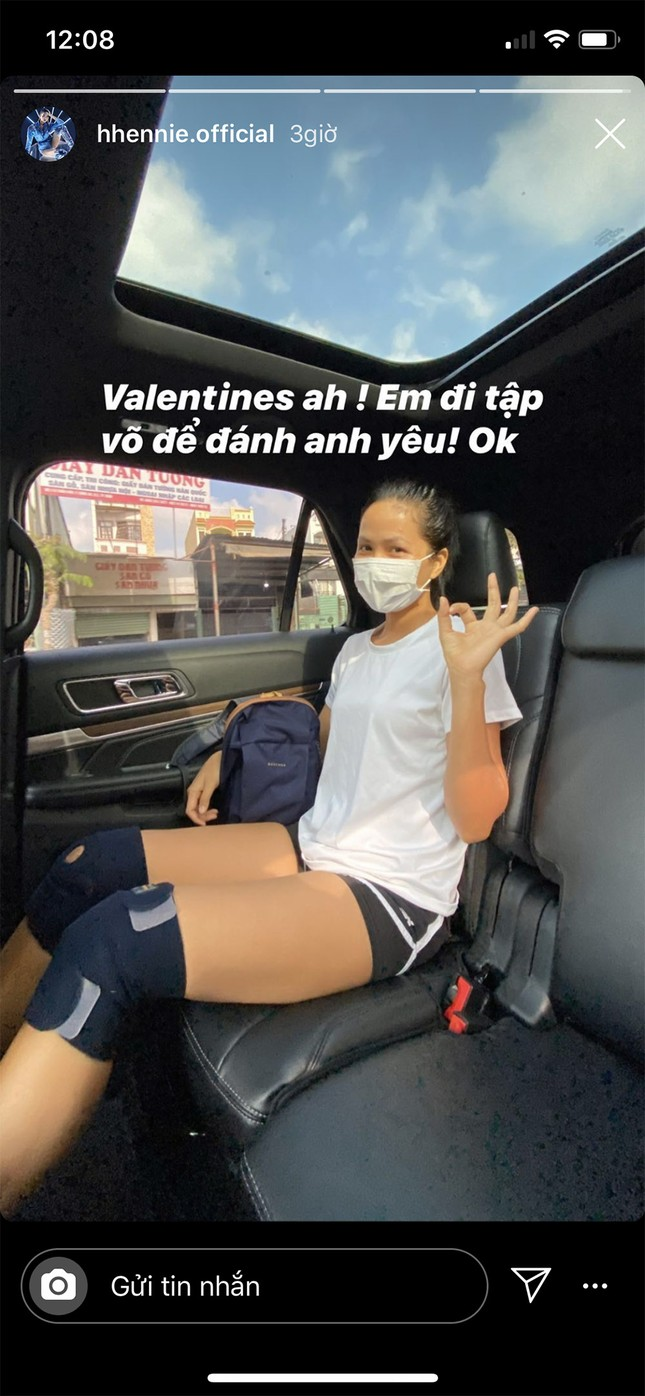 Tú Anh được chồng tặng xe, Tiểu Vy tự mua soccola tặng mình ngày Valentine ảnh 7