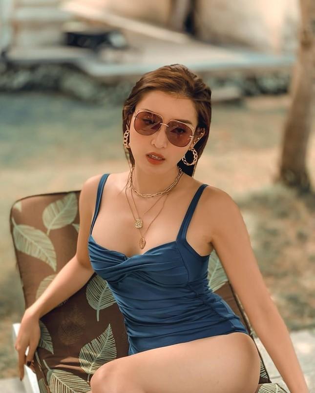 Huyền My nóng bỏng với bikini, Mai Phương Thuý ma mị với kiểu make-up mới ảnh 1