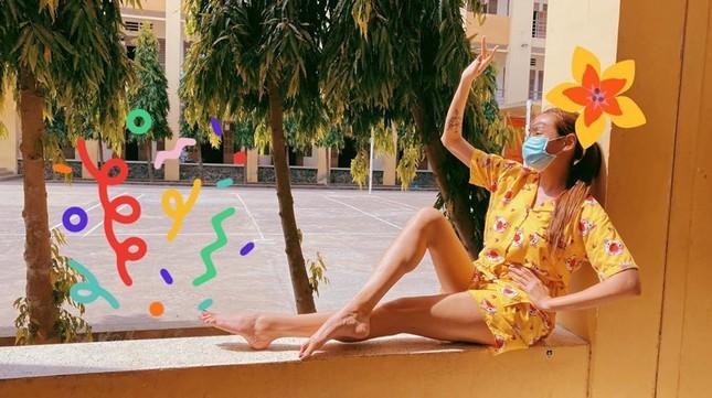 Nhật ký cách ly ngày thứ 2 của Võ Hoàng Yến: Mặc pijama tắm nắng ngoài ban công ảnh 1