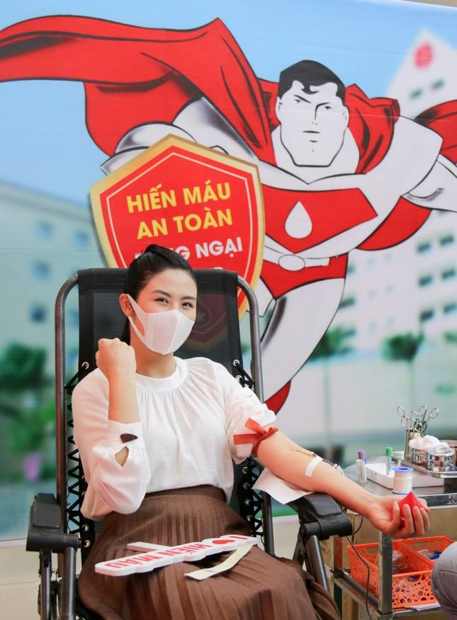 Sau khi hoãn cưới vì Covid, Ngọc Hân cùng các nghệ sĩ đi hiến máu giữa mùa dịch ảnh 11