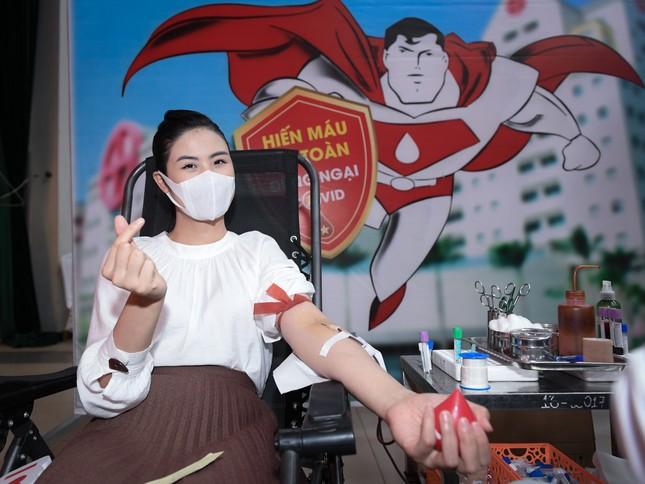 Hoa hậu Tiểu Vy, Lương Thuỳ Linh lo lắng khi Julia Morley mắc Covid-19 ảnh 6