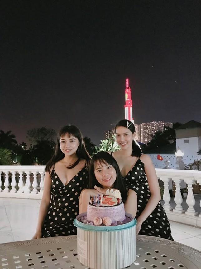 Hoa hậu Tiểu Vy, Lương Thuỳ Linh lo lắng khi Julia Morley mắc Covid-19 ảnh 9