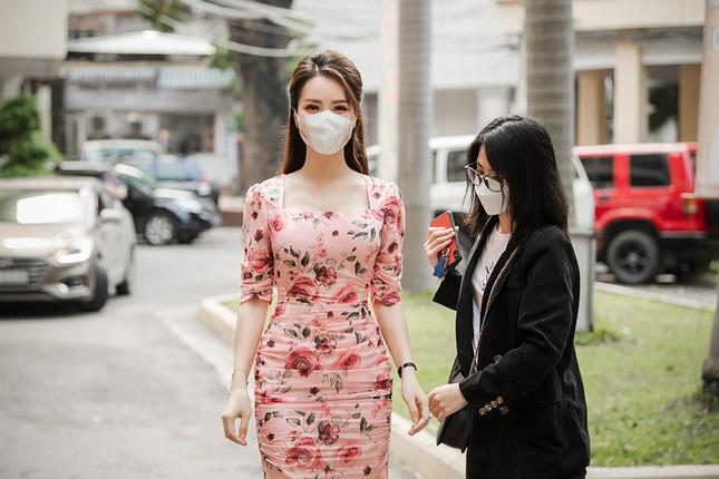 Đeo khẩu trang kín mít dự sự kiện, Á hậu Thuỵ Vân vẫn xinh đẹp đầy cuốn hút ảnh 2