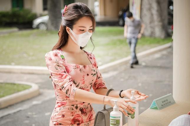 Đeo khẩu trang kín mít dự sự kiện, Á hậu Thuỵ Vân vẫn xinh đẹp đầy cuốn hút ảnh 3