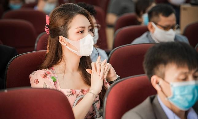 Đeo khẩu trang kín mít dự sự kiện, Á hậu Thuỵ Vân vẫn xinh đẹp đầy cuốn hút ảnh 10