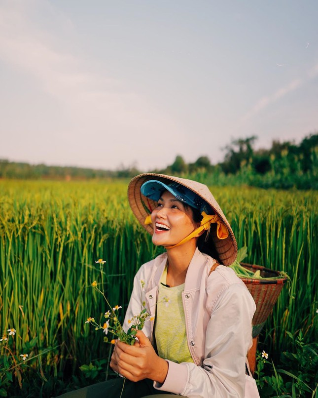 Mặt mộc sao Việt khi cách ly: Tiểu Vy đẹp không tì vết, H'hen Niê giản dị vẫn thần thái ảnh 3