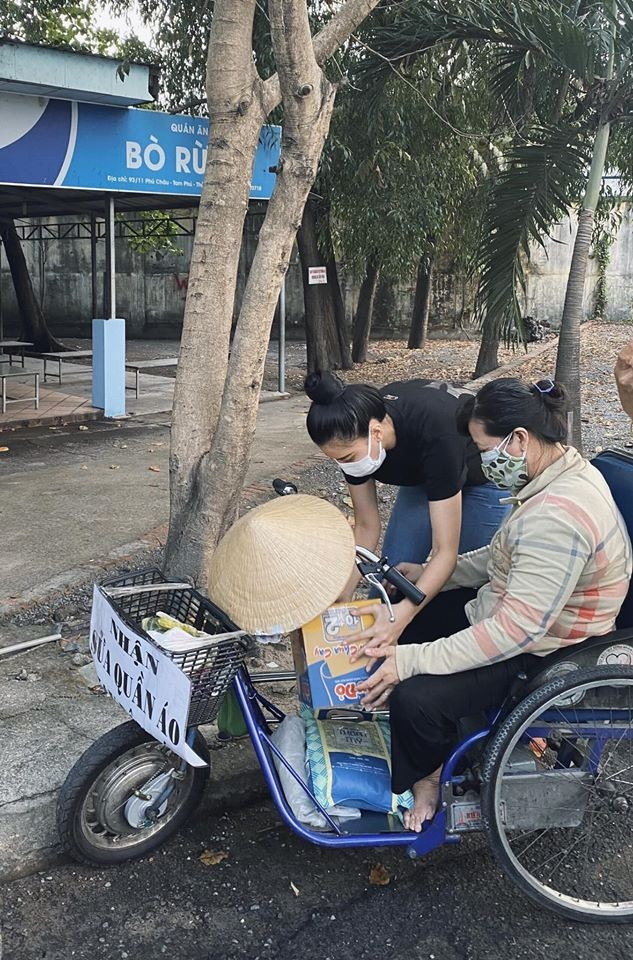 Ngày cách ly 13: Khánh Vân mặt mộc vẫn xinh đẹp, Kiều Loan khoe eo thon sexy với crop-top ảnh 8