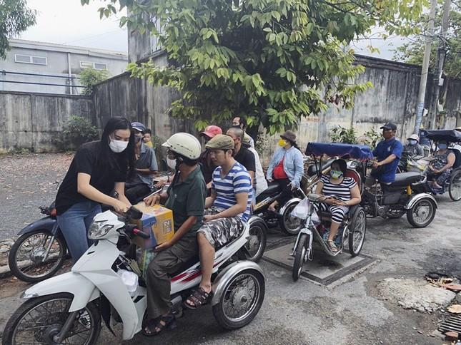 Ngày cách ly 13: Khánh Vân mặt mộc vẫn xinh đẹp, Kiều Loan khoe eo thon sexy với crop-top ảnh 9
