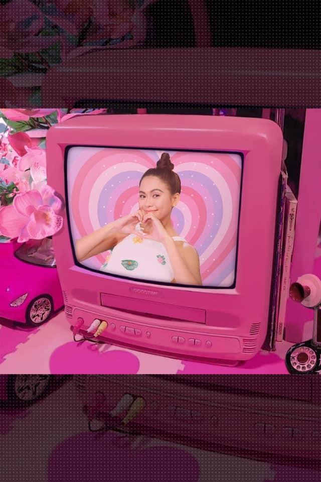 Ngày cách ly 13: Khánh Vân mặt mộc vẫn xinh đẹp, Kiều Loan khoe eo thon sexy với crop-top ảnh 6