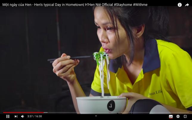 Vừa gia nhập 'Vũ trụ Vlog', H'Hen Niê vào thẳng Top Trending làm các đối thủ phải dè chừng ảnh 2