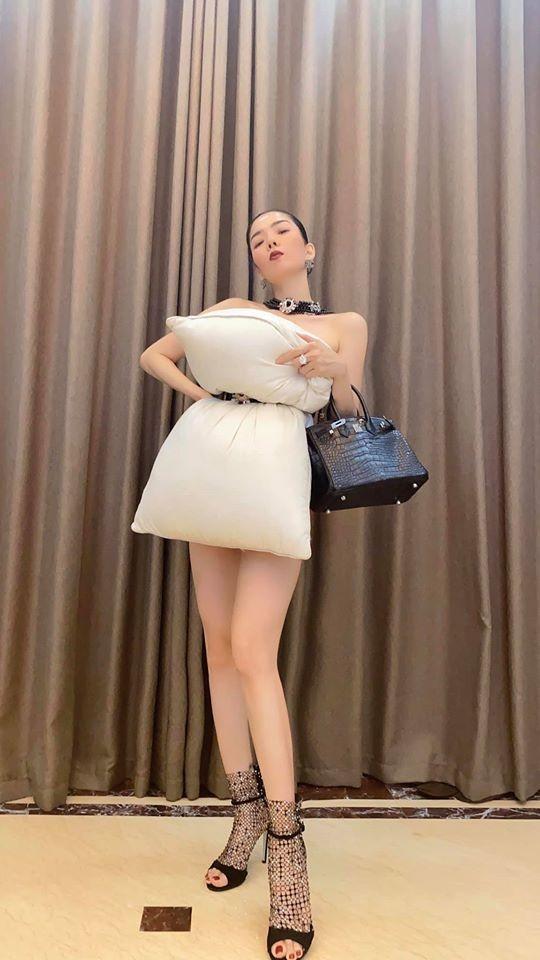 Lệ Quyên lấy gối làm váy khoe đường cong sexy nuột nà ảnh 3