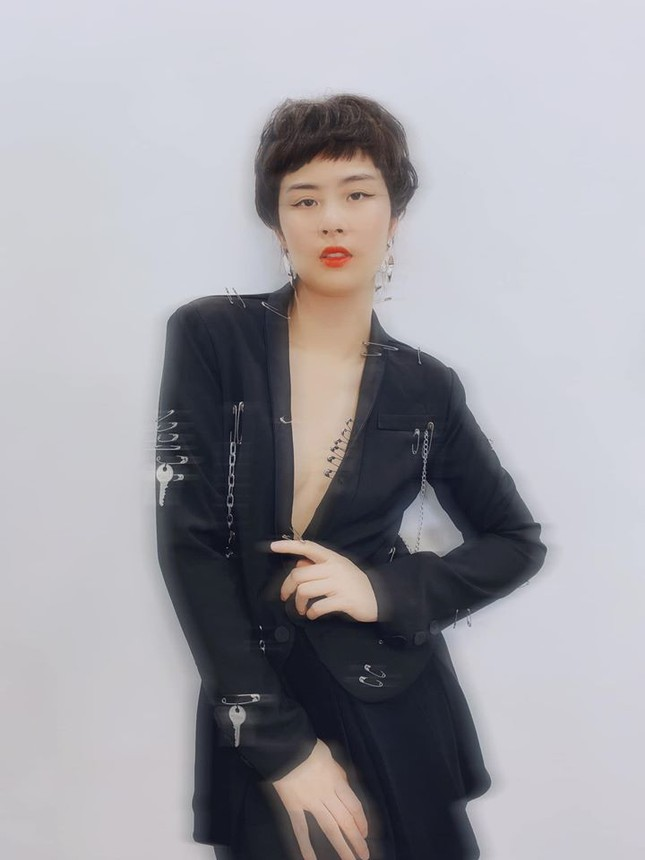 Ngày cách ly 20: Á hậu Tường San nhận giải Gương mặt của năm ảnh 6