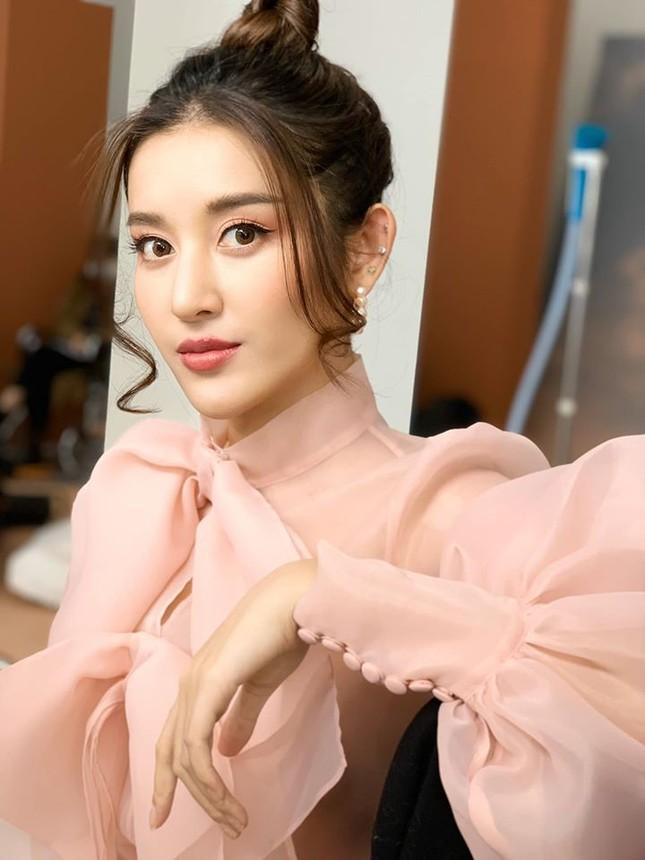 Tái xuất sau cách ly: Huyền My lộng lẫy như công chúa, Kim Duyên gợi cảm với váy lạ mắt ảnh 2