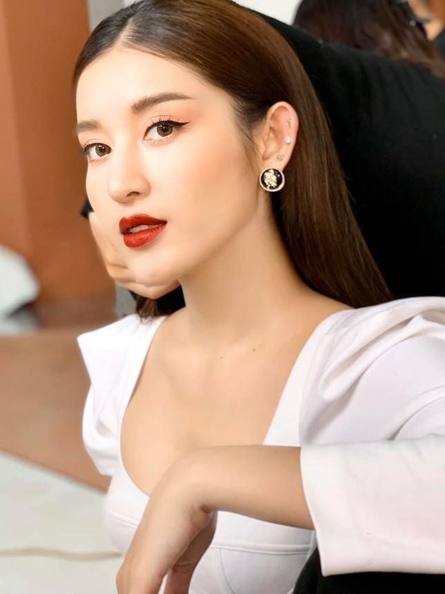 Tái xuất sau cách ly: Huyền My lộng lẫy như công chúa, Kim Duyên gợi cảm với váy lạ mắt ảnh 3