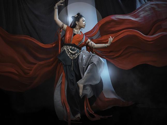 Phương Mỹ Chi khiến mạng xã hội 'dậy sóng' với album mới cùng tạo hình cổ trang ma mị ảnh 2