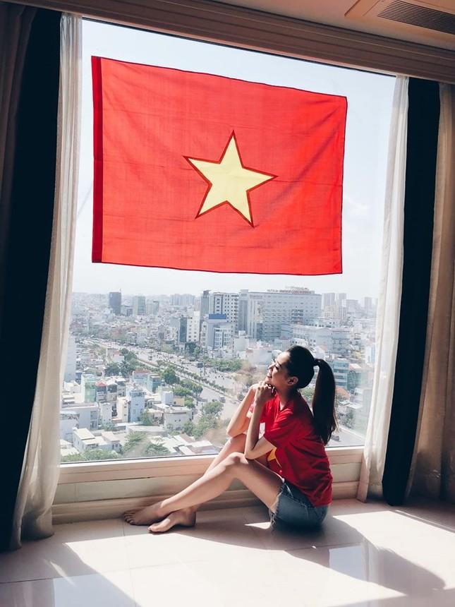 Khánh Vân -Minh Tú đồng loạt mặc áo cờ đỏ sao vàng, đầy tự hào mừng ngày lễ 30/4 ảnh 1