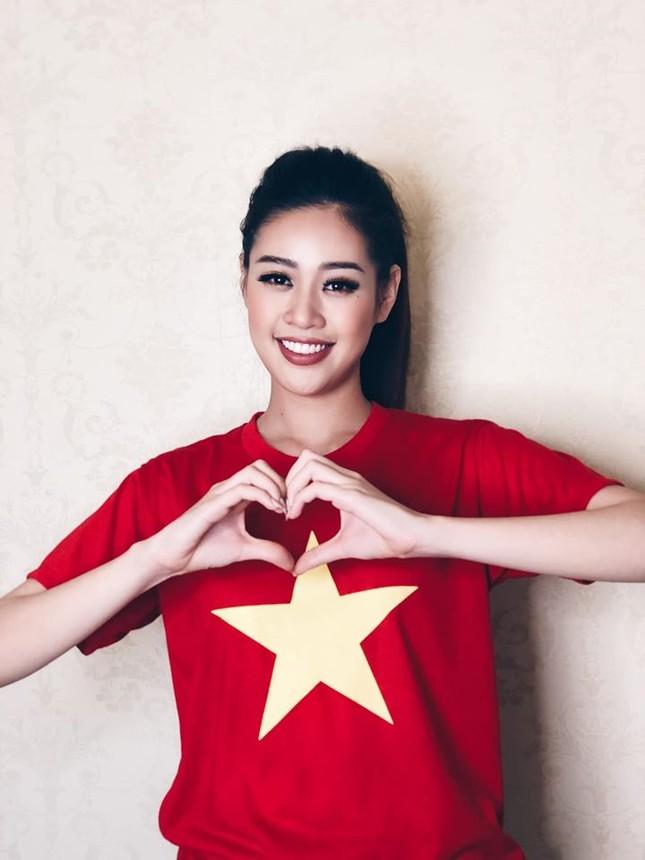 Khánh Vân -Minh Tú đồng loạt mặc áo cờ đỏ sao vàng, đầy tự hào mừng ngày lễ 30/4 ảnh 2